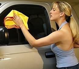 Limpieza de cristales de automóviles con una toalla de microfibra